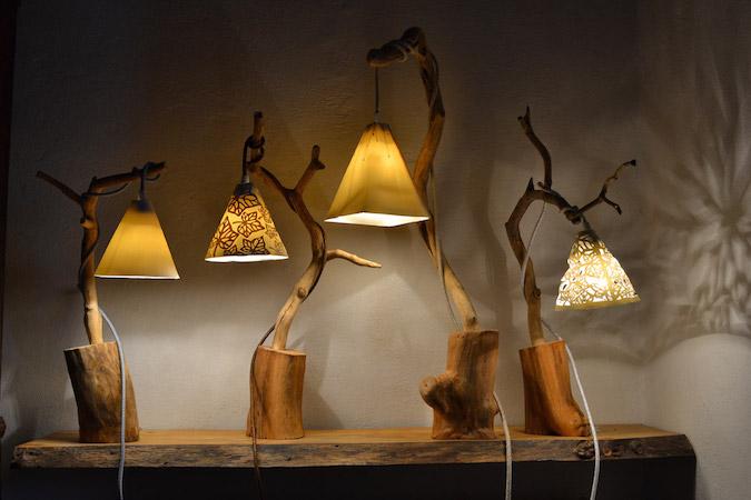 Lampade da tavolo in legno e paralume in porcellana