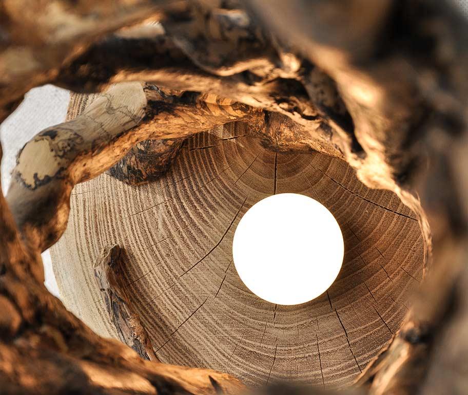 particolare lampade da terra in legno