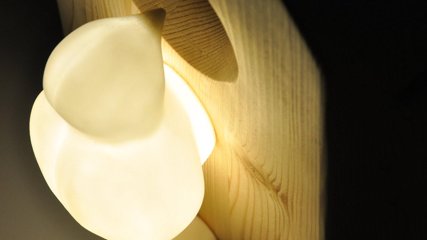 particolare lampada da parete Picchio House illuminato
