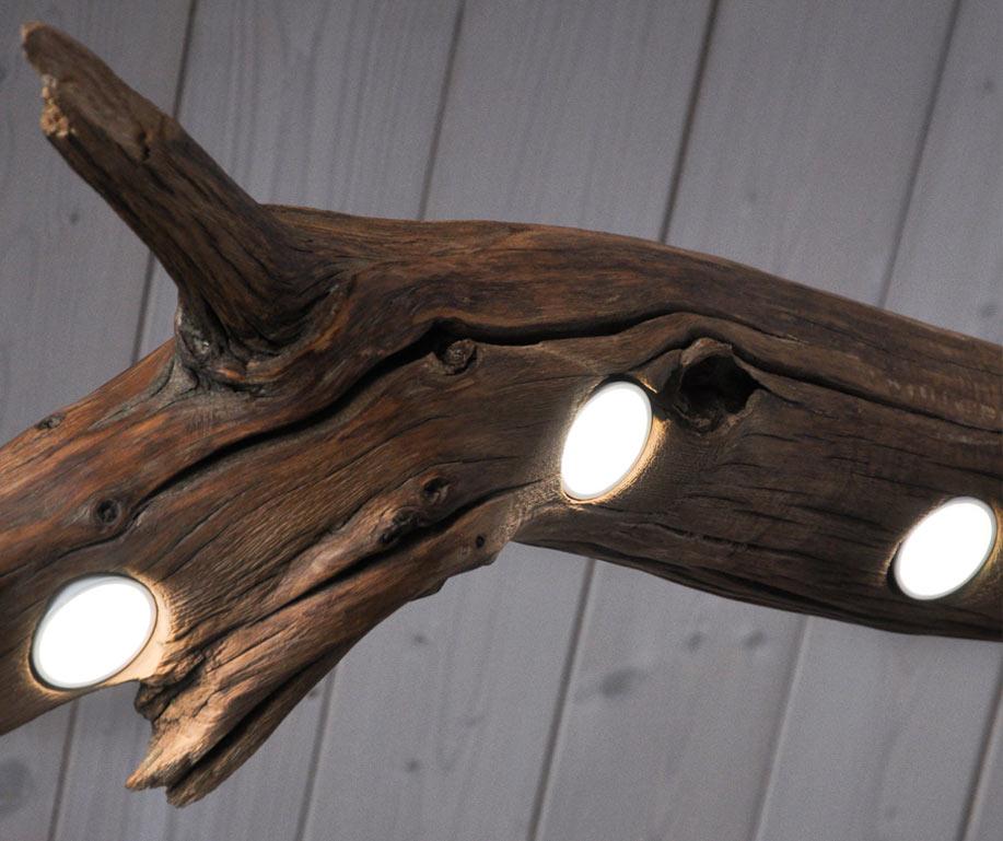particolare illuminato lampada a sospensione in castagno di recupero