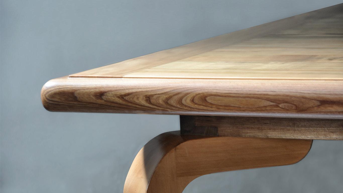 particolare del tavolo in legno massello