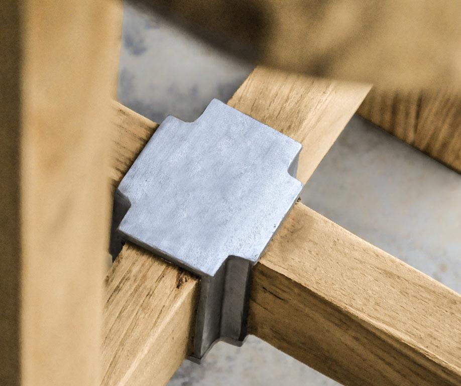 dettaglio del tavolo in legno e alluminio