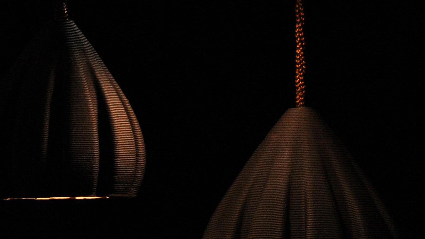 particolare lampade a sospensione nere stampate in 3D