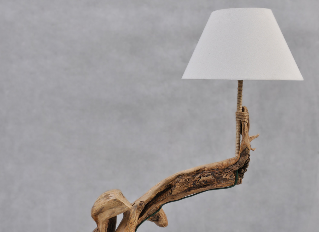 lampada da terra in legno naturale con paralume