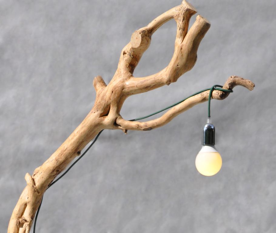 lampada da terra in legno con lampadina a bulbo