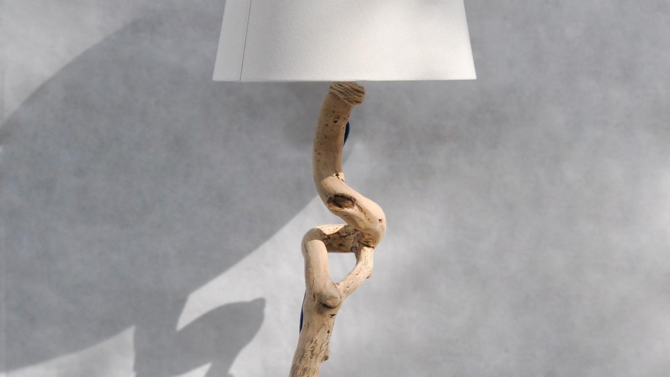particolare lampada da terra in legno con paralume in cotone