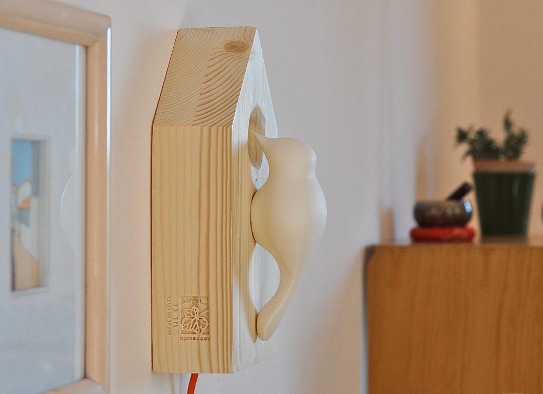 lampada da parete in legno di recupero e porcellana